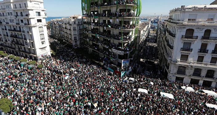 مظاهرات حاشدة في الجزائر احتجاجا على عبد العزيز بوتفليقة