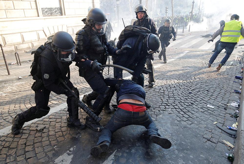 محتجون يرتدون سترات صفراء يشتبكون مع شرطة مكافحة الشغب الفرنسية
