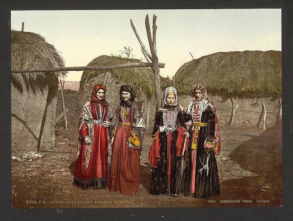 نساء تتاريات في الزي التقليدي