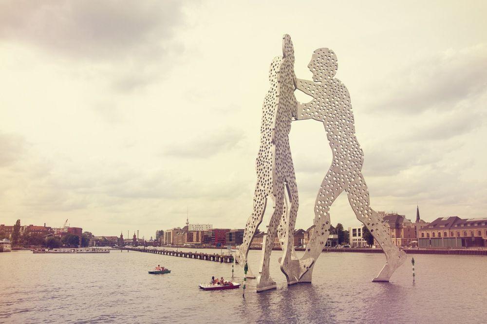 تمثال رجل جزيئي على نهر نهر شپريه (أو سبري) في برلين