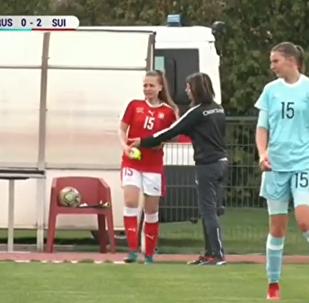 بكاء لاعبة كرة قدم روسية بعد شجارها مع نظيرتها السويسرية