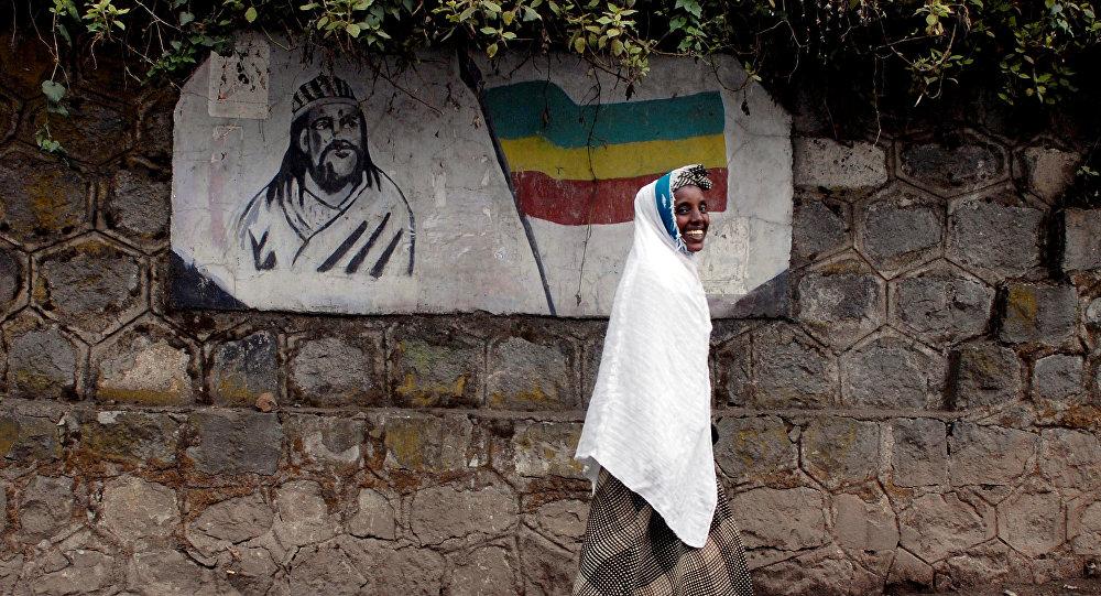 إثيوبية تسير من ورائها شعار لإمبراطور إثيوبيا تيودورس الثاني