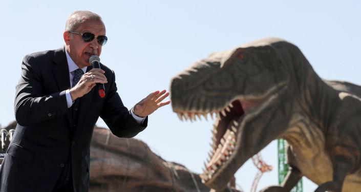 الرئيس التركي رجب طيب أردوغان بجوار نموذج الديناصورات خلال حفل افتتاح حديقة الملاهي عجائب أوراسيا في أنقرة، 20 مارس/ آذار 2019