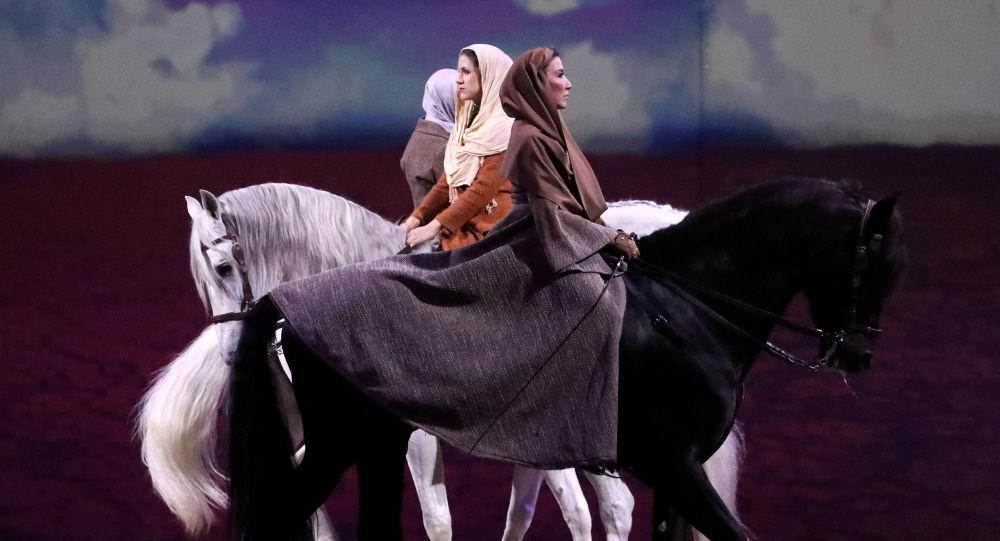 فنانون يركبون خيول خلال عرض Cavalluna, World of Fantasy في بروكسل، بلجيكا 16 مارس/ آذار 2019