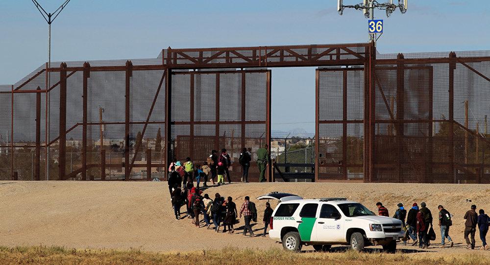 مهاجرون من أمريكا الوسطى برفقة مسؤولي الجمارك وحماية الحدود الأمريكية