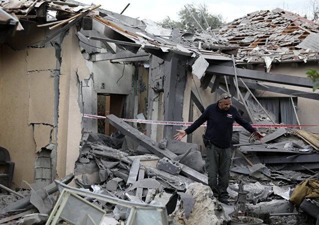 موقع سقوط الصاروخ على مستوطنة بالقرب من تل أبيب في وسط إسرائيل
