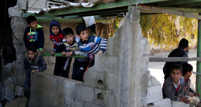 غزة، قطاع غزة، فلسطين - مواطنون غزيون بعد ليلة من قصف الطيران الحربي الإسرائيلي،  26 مارس/ آذار 2019