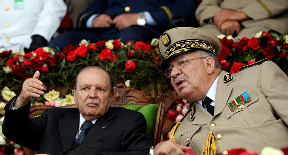 قائد الجيش الجزائري أحمد قايد صالح بجانب الرئيس الجزائري عبد العزيز بوتفليقة