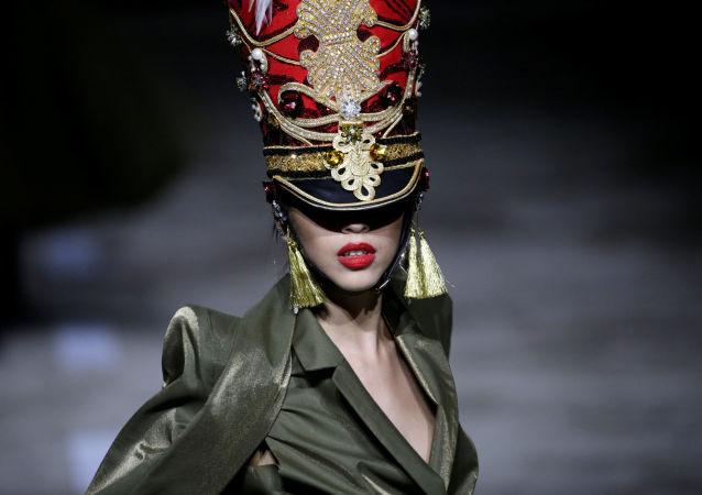 عرض مجموعة أزياء من تصميم Hu Sheguang في إطار أسبوع الموضة في بكين، الصين 25 مارس/ آذار 2019