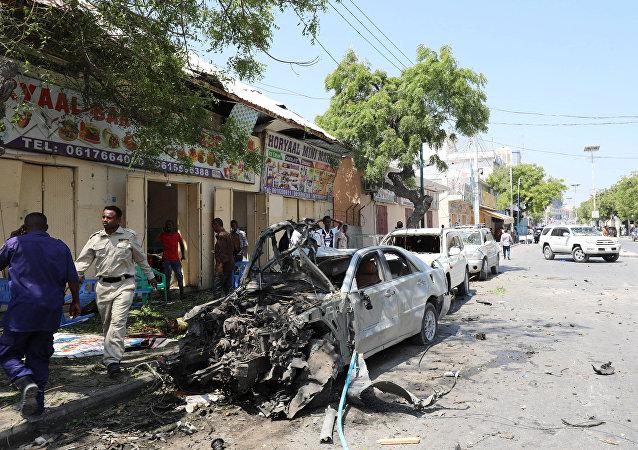 حطام السيارات التي دمرت خلال انفجار وقع بالقرب من فندق في مقديشو