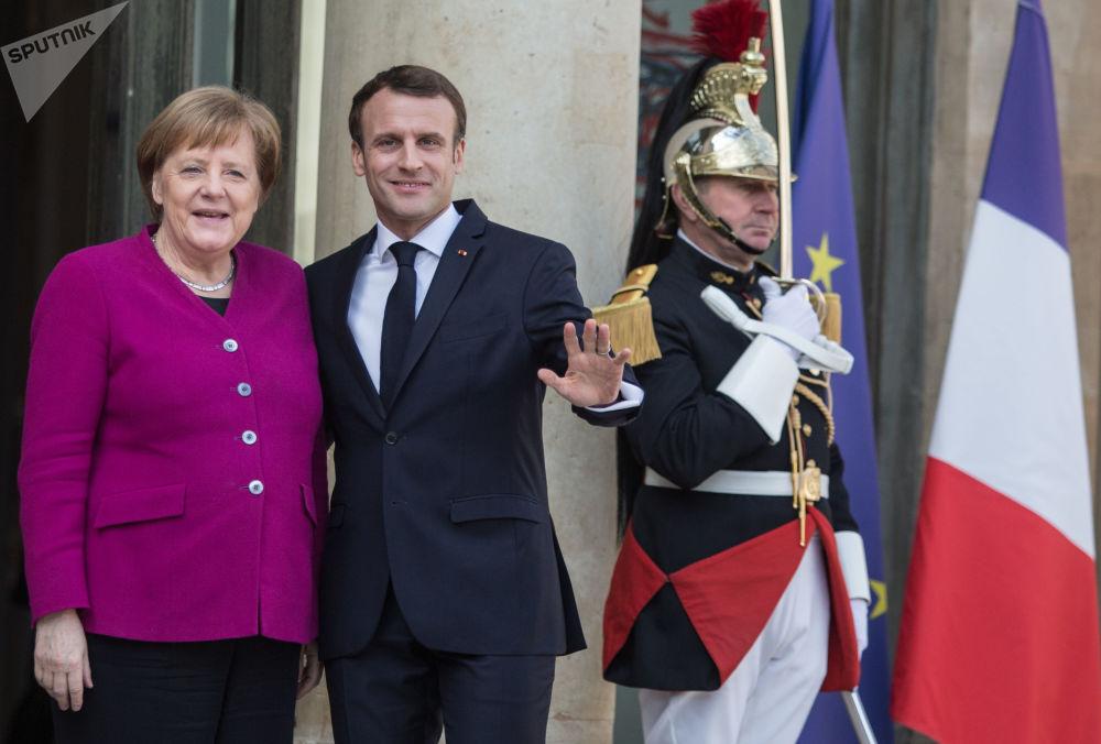 المستشارة الألمانية أنجيلا ميركل والرئيس الفرنسي إيمانويل ماكرون خلال اجتماع قادة الاتحاد الأوروبي والصين في قصر الإليزيه في باريس