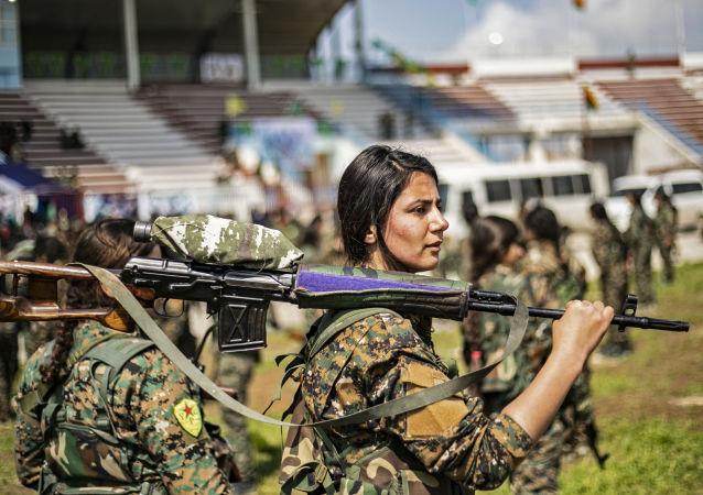 فتيات من كتيبة النساء التابعة لوحدات حماية المرأة  الكردية، يشاركن في عرض عسكري مخصص للتدمير الكامل لبقايا تنظيم داعش الإرهابي (المحظور في روسيا) شرق سوريا، الحسكة 27 مارس/ آذار 2019