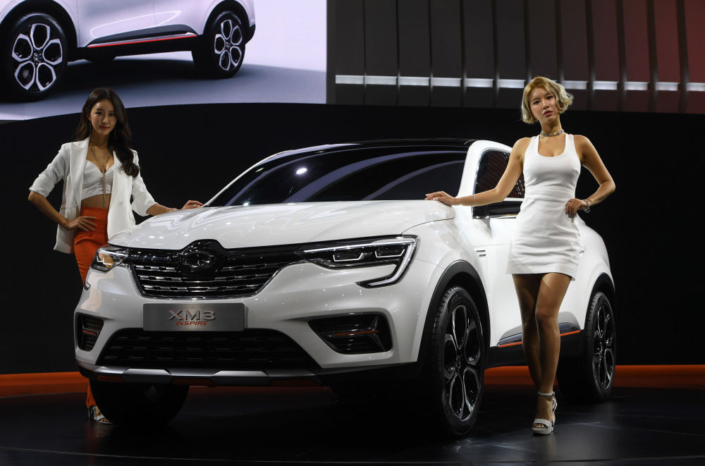 عارضات من كوريا الجنوبية أثناء معاينة صحفية لمعرض سيئول للسيارات Seoul Motor Show، يقدمن سياراة Renault Samsung XM3 Inspire  في سيئول، كوريا الجنوبية 28 مارس/ آذار 2019