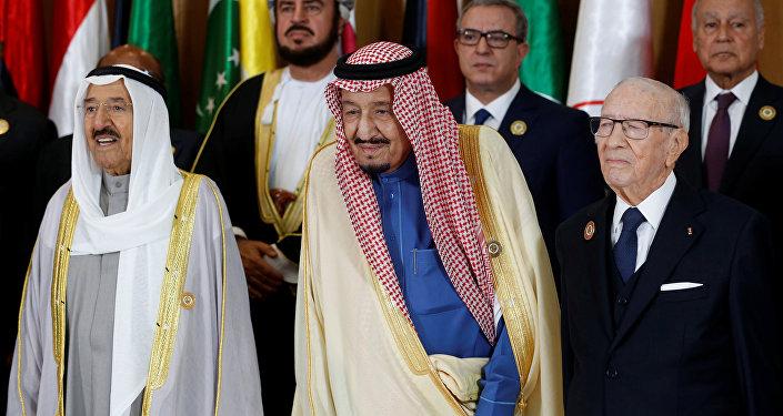 العاهل السعودي الملك سلمان مع الرئيس التونسي الباجي قايد السبسي وأمير الكويت صباح الأحمد الجابر الصباج