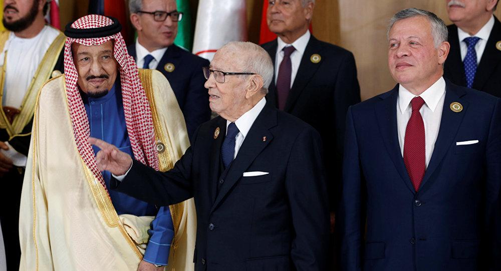 العاهل السعودي الملك سلمان مع الرئيس التونسي الباجي قايد السبسي وأمير الكويت صباح الأحمد الجابر الصباح
