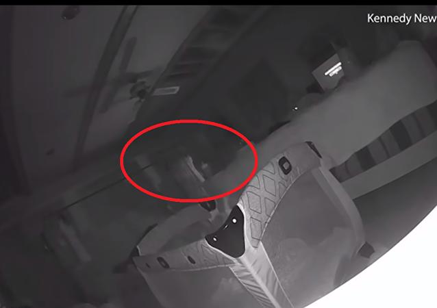 توثيق شبح شرير يخدش طفلة صغير على وجنتها داخل غرفتها