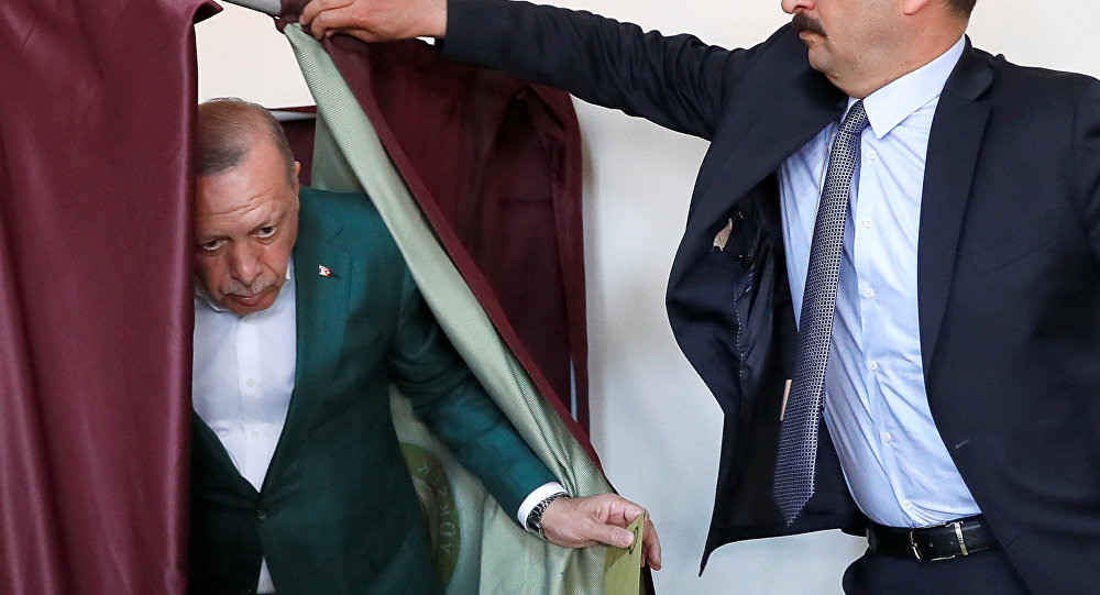 الرئيس التركي رجب طيب أردوغان يحضر التصويت في مركز الاقتراع خلال الانتخابات البلدية في اسطنبول