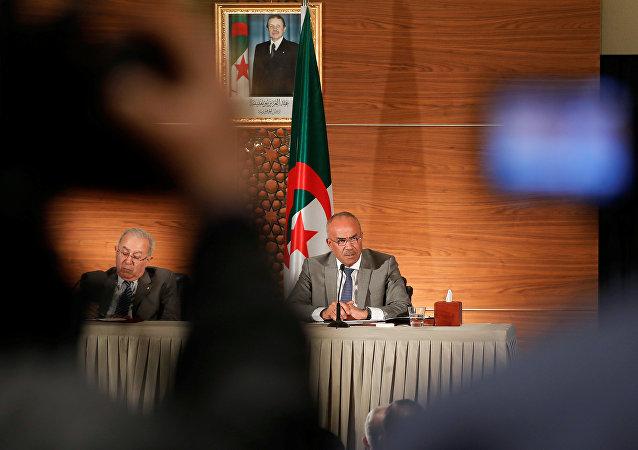 رئيس الوزراء الجزائري المعين حديثاً نور الدين بدوي يتحدث خلال مؤتمر صحفي مشترك مع نائب رئيس الوزراء رمضان لعمامرة في الجزائر