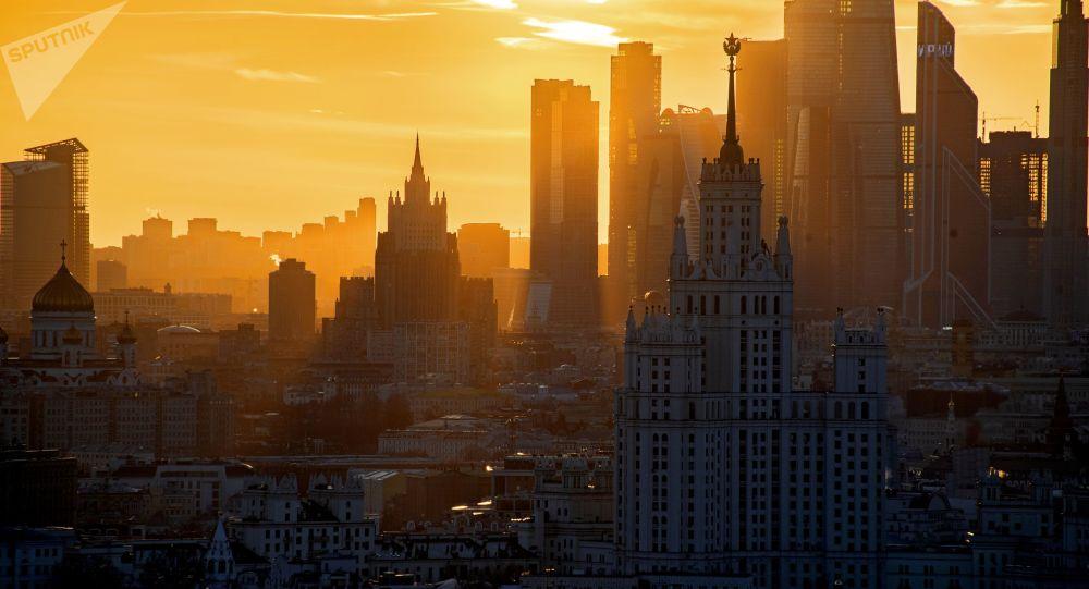 صورة على خلفية مبنى كوتيلنيكي (أمام الصورة)، وناطحات سحاب المركز التجاري موسكفا سيتي ومبنى وزارة الخارجية الروسية (وسط الصورة) في موسكو