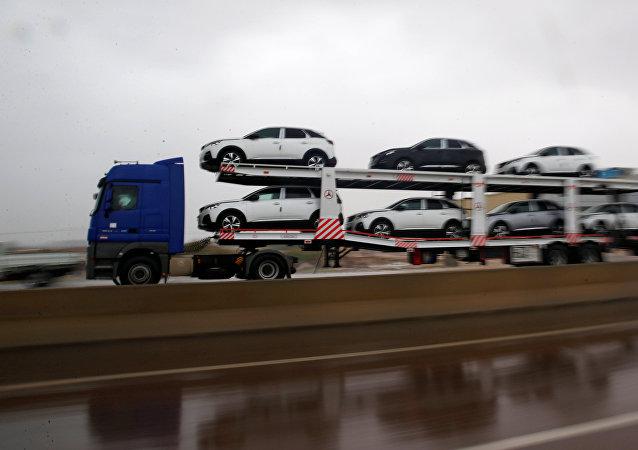 شاحنة تنقل سيارات جديدة من ميتسوبيشي على الطريق السريع بالإسكندرية أثناء هطول أمطار غزيرة