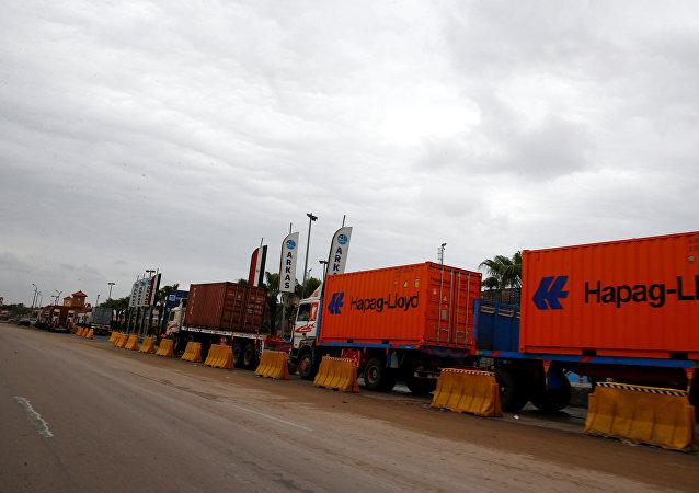 شاحنات الحاويات تقف في طابور على الطريق بسبب سوء الأحوال الجوية في مدينة الإسكندرية المطلة على البحر المتوسط