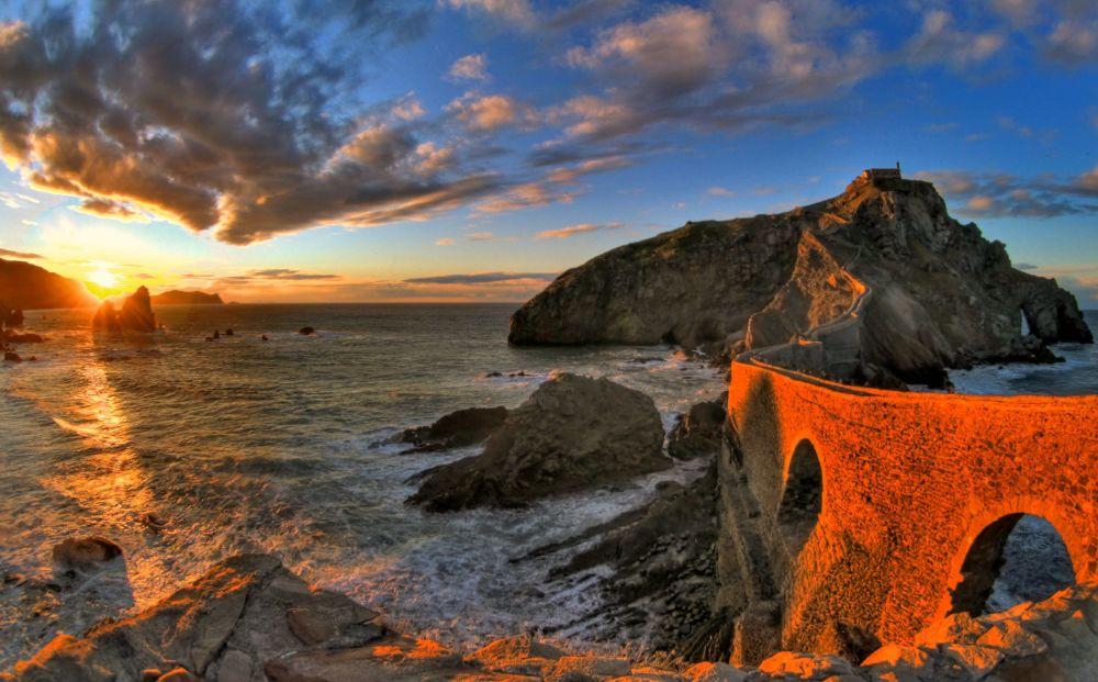 غروب الشمس في جزيرة غاستيلوغاش (Gaztellugatxe) الإسبانية