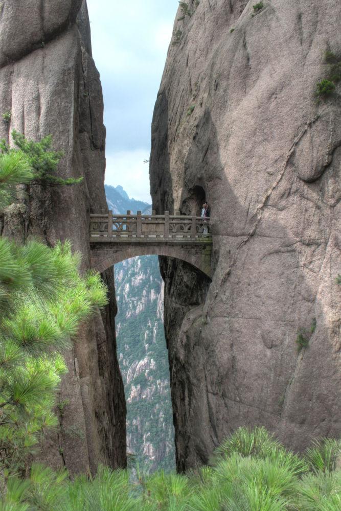 جسر على جبل خواشان في الصين