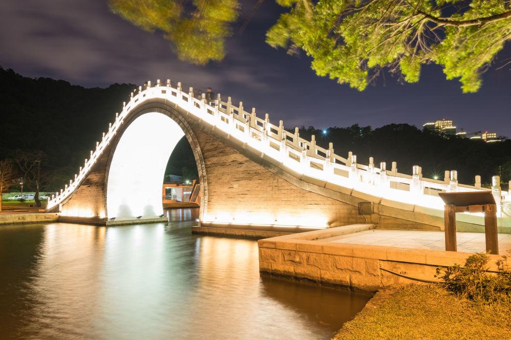 الجسر القمري في حديقة داهو في تايبيه، تايوان