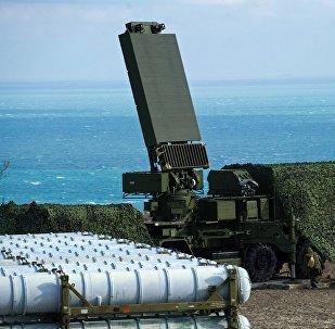 حاويات الرادار (في الوسط) وحاويات الصواريخ المضادة للطائرات (يسار) من فوج الدفاع الجوي إس 400