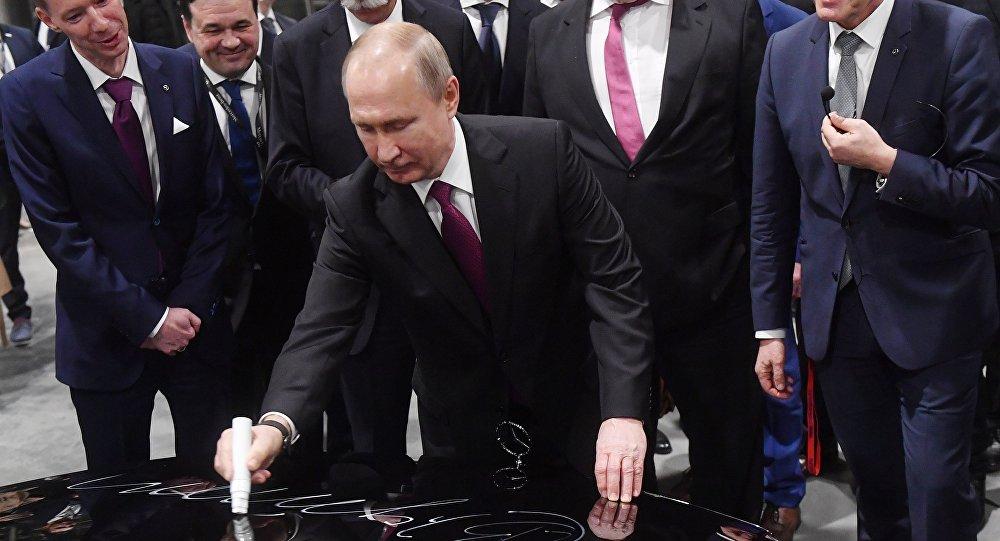 بوتين خلال افتتاحه مصنع مرسيدس في ضواحي موسكو