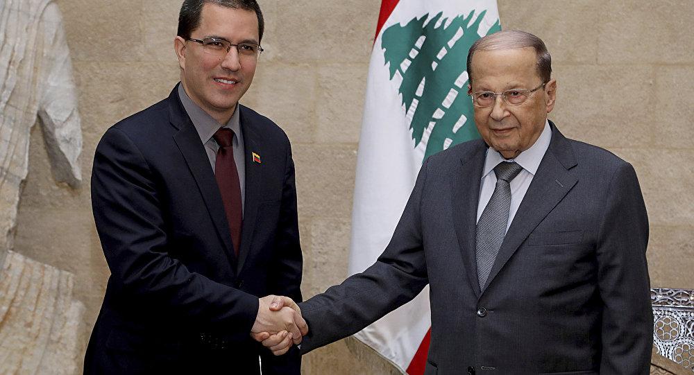 الرئيس اللبناني ميشال عون خلال استقباله لوزير الخارجية الفنزويلي