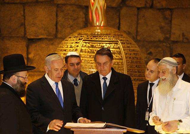 الرئيس البرازيلي يير بولسونارو يرافقه رئيس الوزراء الإسرائيلي بنيامين نتنياهو خلال زيارة إلى كنيس يهودي داخل أنفاق الحائط الغربي في البلدة القديمة بالقدس