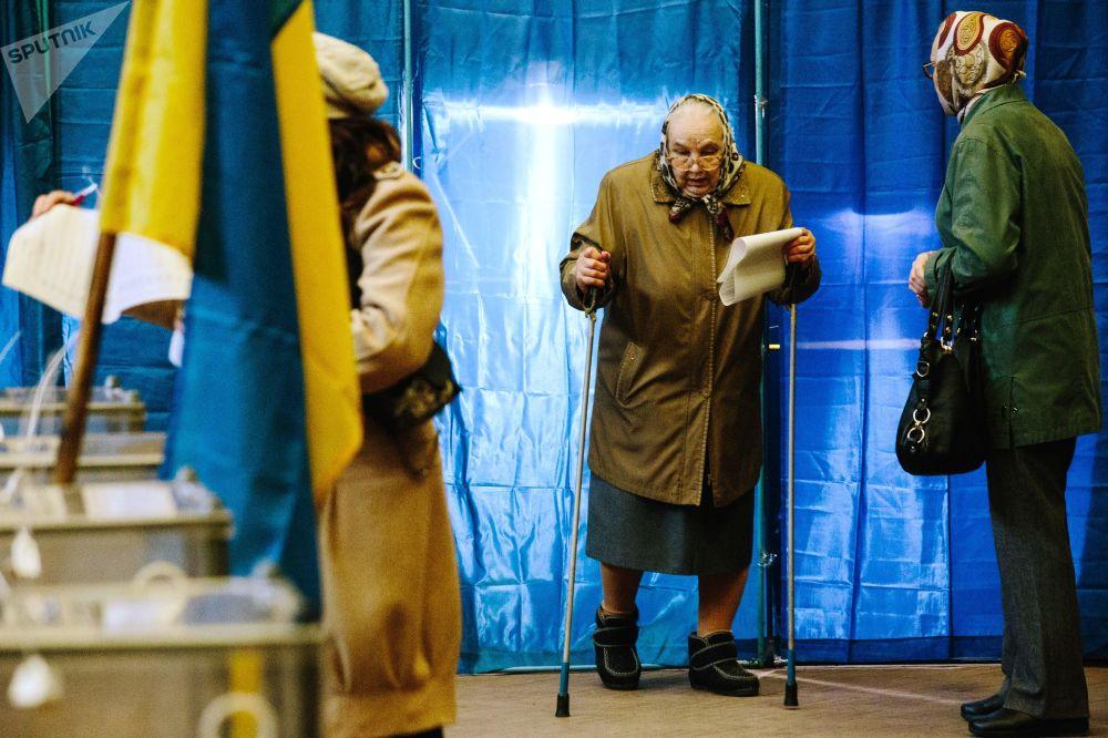 مواطنو مدينة خاركوف أثناء المشاركة في التصويت، الانتخابات الرئاسية الأوكرانية، أوكرانيا