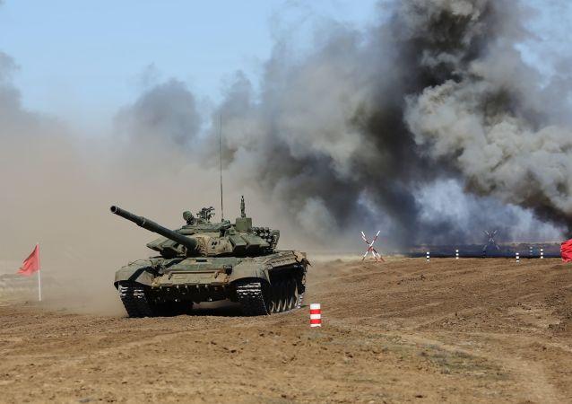 دبابة تي-72 في مسابقة بياثلون الدبابات في الحقل العسكري برودبوي في منطقة فولغوغراد الروسية