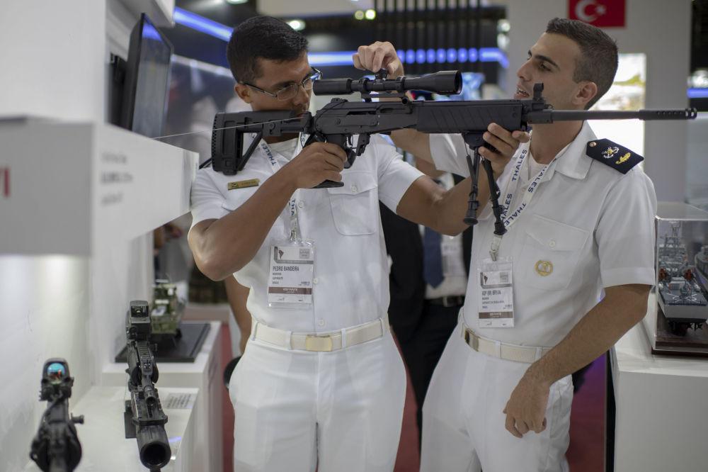 بحارة يتفقدون أسلحة نارية في المعرض الدولي للدفاع والأمن  2019 (LAAD 2019)  في ريو دي جانيرو، البرازيل، 2 أبريل/ نيسان 2019