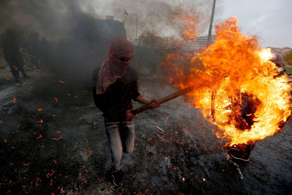 فلسطيني خلال مسيرات بمناسبة يوم الأرض بالقرب من مستوطنة يهودية في بيت إيل، الضفة الغربية 30 مارس/ آذار 2019