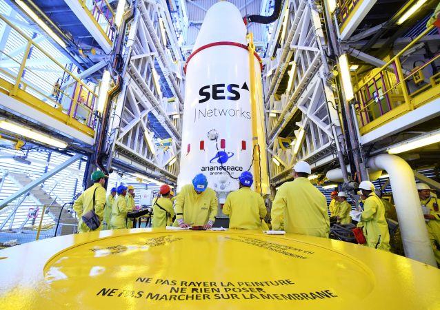 وحدة مع أجهزة الأقمار الصناعية الأوروبية O3b أثناء تثبيتها على مركبة الإطلاق سويوز إس تي -بي