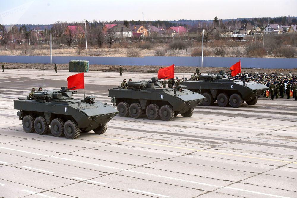 ناقلات جنود مدرعة بومبيرانغ، خلال بروفة العرض العسكري بمناسبة مرور الذكرى الـ 74 لـ عيد النصر على أمانيا النازية في الحرب الوطنية العظمى (1941-1945)  في حقل التدريب العسكري ألابينو في ضواحي موسكو