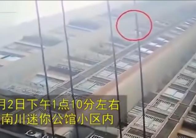 طفلة تسقط من الطابق 26 وتنجو من الموت بأعجوبة
