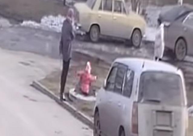 سقوط طفلة أمام أعين والدتها في فتحة مجاري