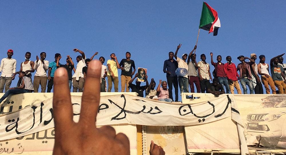 متظاهرون سودانيون يهتفون بشعارات خلال مظاهرة تطالب الرئيس السوداني عمر البشير بالتنحي خارج وزارة الدفاع في الخرطوم