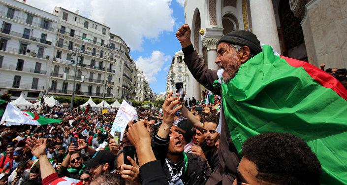 رجل يحتج على تعيين الرئيس المؤقت عبد القادر بن صالح ويطالب بإجراء تغييرات جذرية في النظام السياسي في الجزائر العاصمة