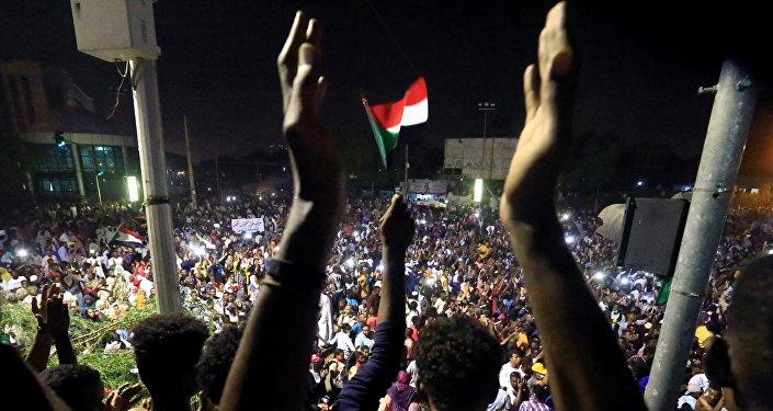 متظاهرون سودانيون في مظاهرة تطالب الرئيس السوداني عمر البشير بالتنحي خارج وزارة الدفاع في الخرطوم