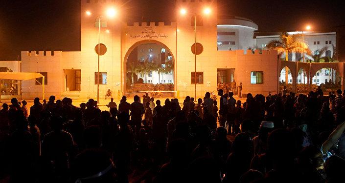 مظاهرة تطالب بتنحي عمر البشير أمام وزارة الدفاع السودانية