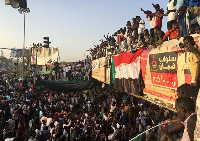 متظاهرون يطالبون بتنحي عمر البشير في العاصمة السودانية الخرطوم