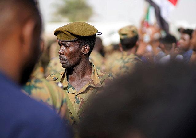جندي سوداني يقف وسط مظاهرة تطالب بتنحي عمر البشير في السودان
