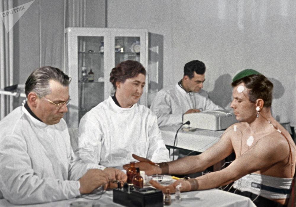 أول رائد إلى الفضاء - يوري غاغارين خلال التدريبات قبل رحلته