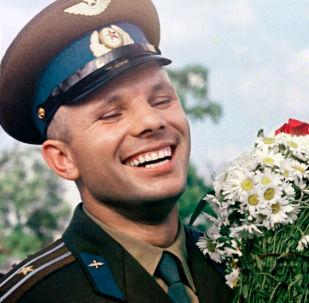 يوري غاغارين يحمل باقة زهر الأقحوان