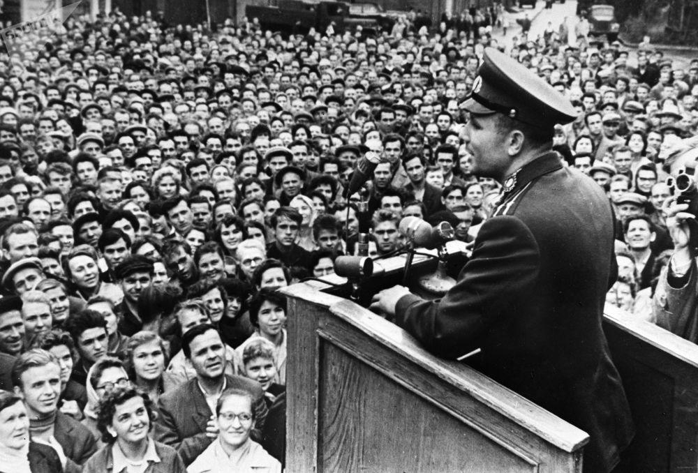 رائد الفضاء يوري غاغارين يلقي خطابا أمام عمال مصنع لينينغراد للمعدن