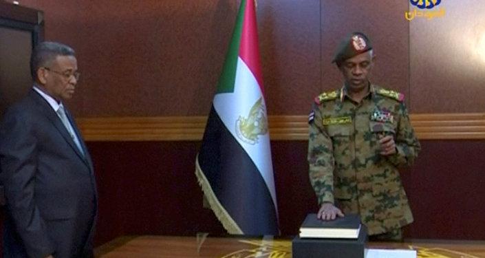 وزير الدفاع السوداني عوض محمد أحمد بن عوف يؤدي اليمين رئيسا للمجلس العسكري الانتقالي